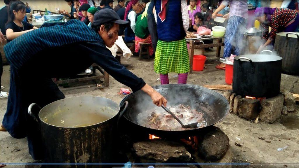 Thắng Cố là món ăn truyền thống trong những phiên chợ vùng cao nơi đây